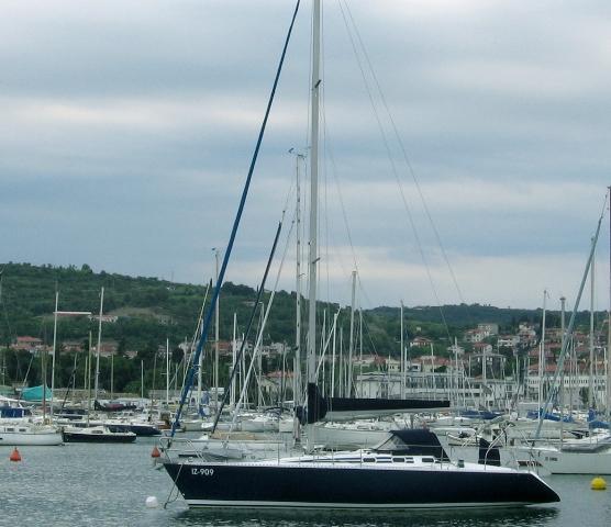 Segelyacht in Marina